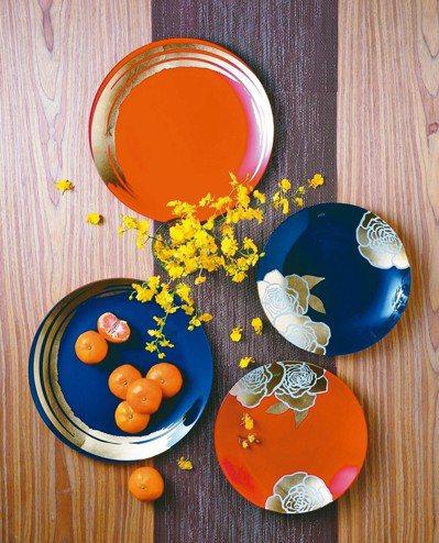 餐桌換上紅色布料,加上盆栽花卉更是年味十足。 HOLA特力和樂/提供