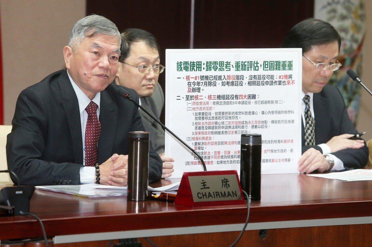 經濟部長沈榮津昨天(左)舉行記者會,說明「能源議題公投」評估結果,針對社會最關心...