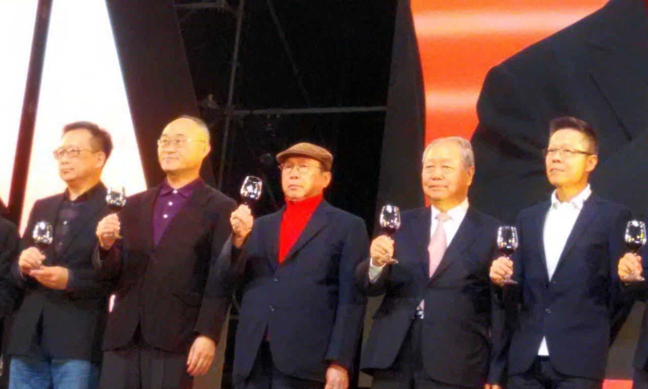 廣達電腦董事長林百里(左3)、副董事長梁次震(左4)31日出席廣達旺年會,舉杯相...