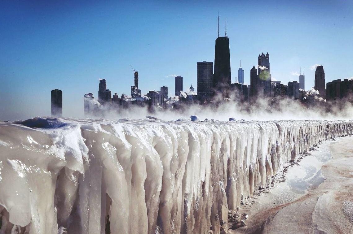 美國周三遭遇「極地渦漩」(Polar vortex)南下,伊利諾州的芝加哥,亦遭...