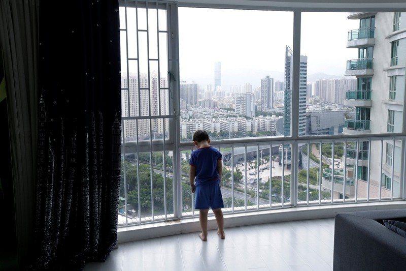該如何看待在衣食無缺卻遭虐待家庭長大的孩子? 圖/路透社