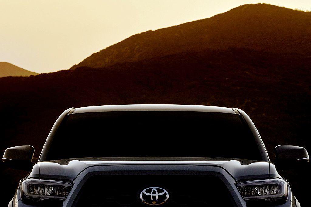 率先釋出的廠照能發現,小改款Toyota Tacoma依舊維持超大面積水箱護罩設計元素,同時略縮小的頭燈造型也將導入新式LED大燈。 圖/Toyota提供