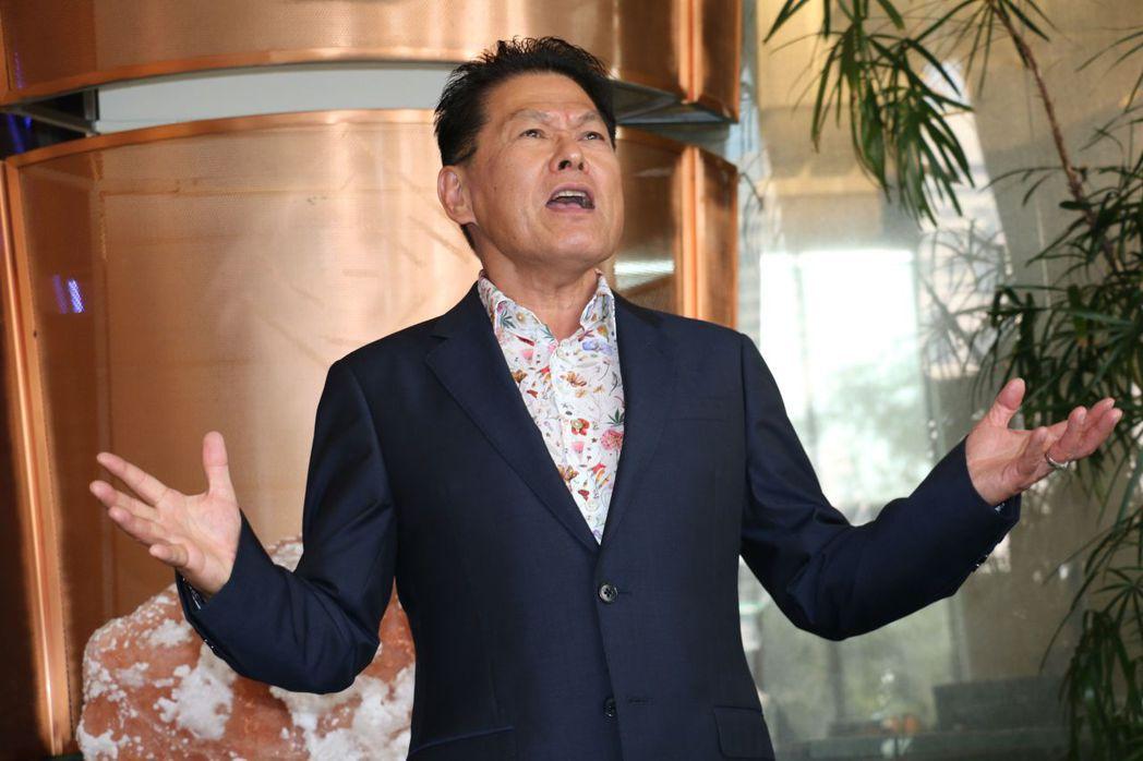 「總裁歌王」福建省泉州市台資企業協會會長楊榮輝為大家獻唱「一定贏」歌曲,獲得在場...
