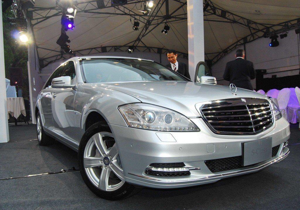賓士引進的全球第一輛搭載鋰電池的油電混合動力豪華車款S400 HYBRID,售價...