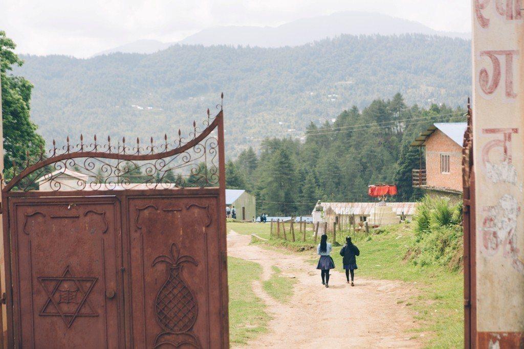 Jiri鎮上中學,孩子們要走1到1.5小時來上學。圖/遠山呼喚提供