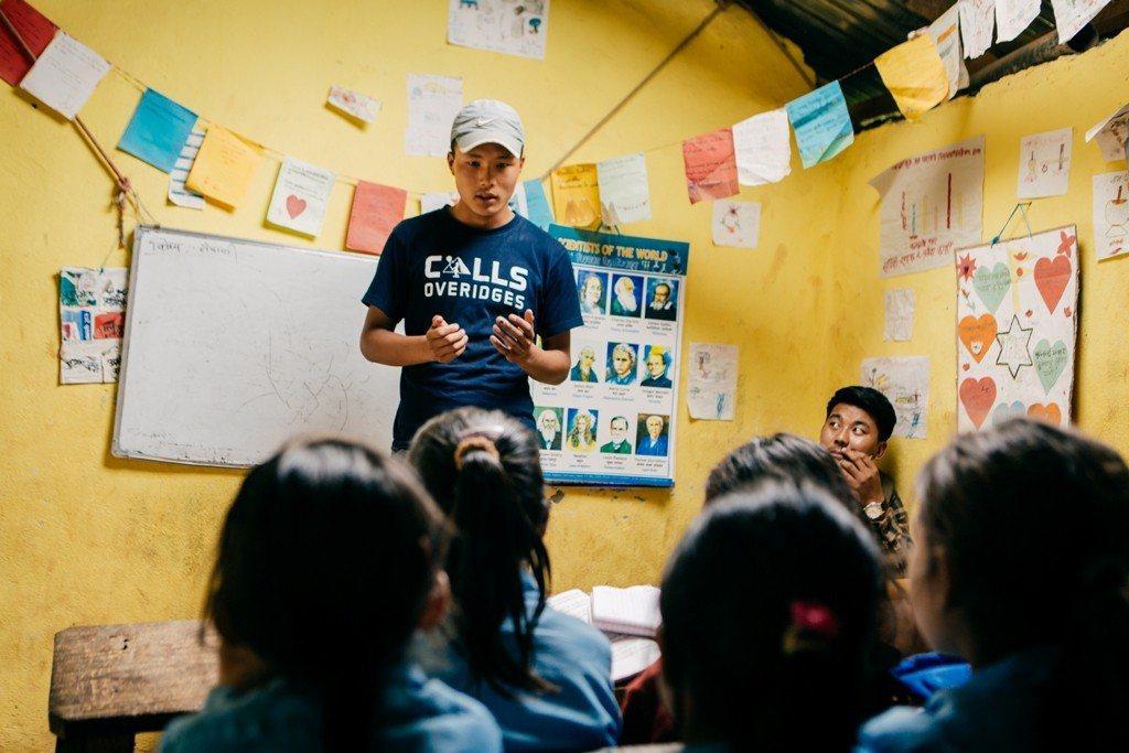 回到村莊小學,Dendi在跟學弟妹們分享求學/職歷程,鼓勵孩子們要認真學習。圖/...