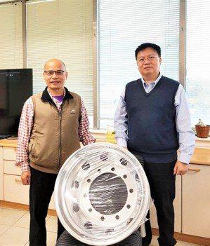 工研院材化所金屬材料研究組長陳興華(右)及研究主任呂明生,與重車用輕量化磨耗鋁合...