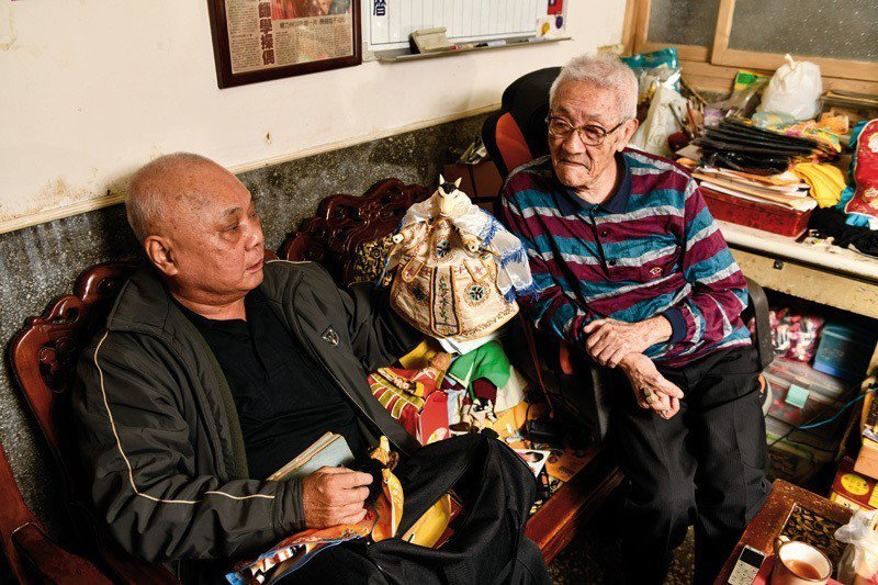 「新西園」園主許正宗(左)不時來陳錫煌住處串門子,兩老話當年,不時說起過去掌中戲...