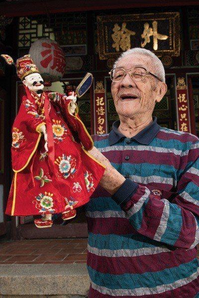 手上操弄著戲偶,陳錫煌的表情也活潑起來,他跟尪仔的互動一搭一和,像多年的老朋友一...