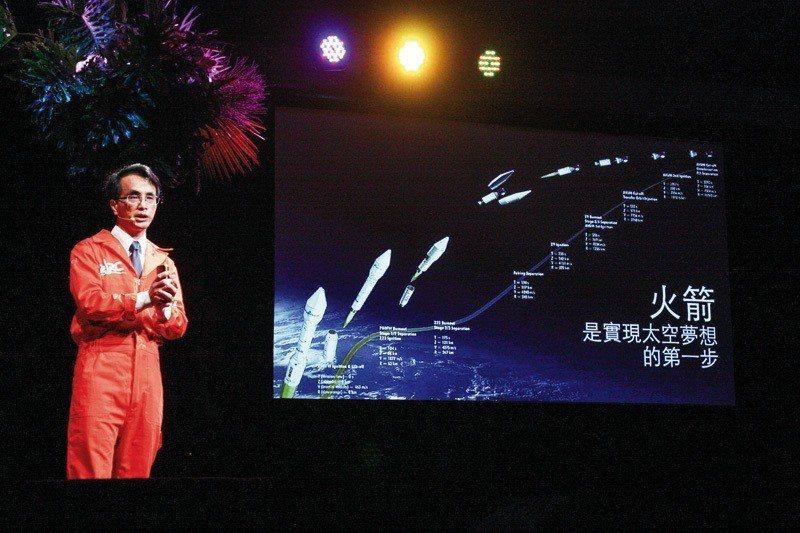 吳宗信在TED×Taipei用台語解說火箭的推力、太空經濟的未來。 (吳宗信提供...