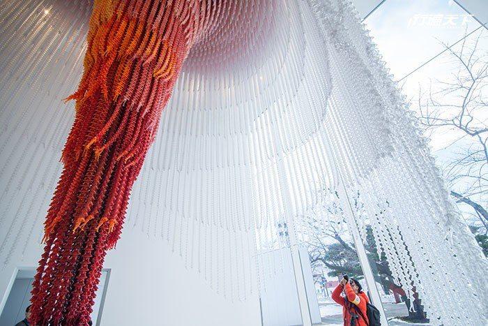 韓國藝術家徐道獲的Causeand Effect,用1萬個塑膠小人串成9公尺高長...