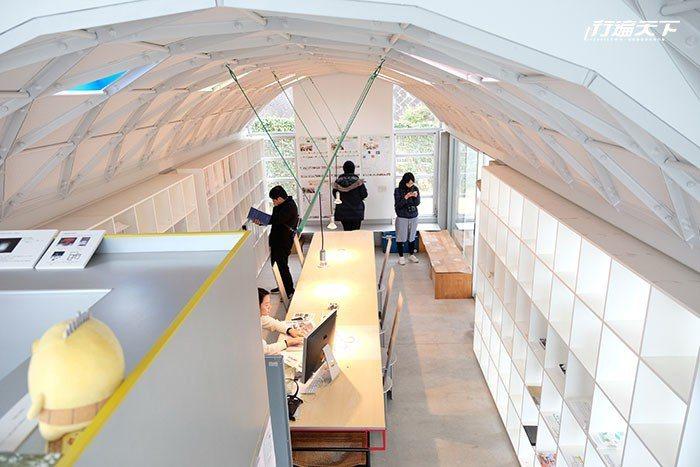 位於今治市伊東豊雄建築博物館旁的Silver Hut拱形銀色小屋,是工作坊及圖書...