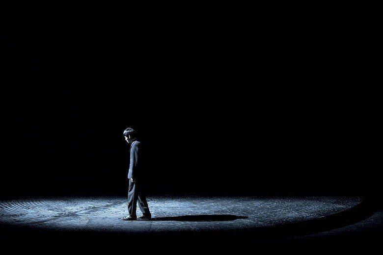 《長路》中,舞者在旋轉舞台上行走、表演,演繹不同的心理狀態與人生。 (黃翊工作室...