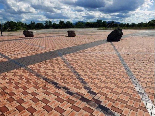 Michael Joo把巨石四散在鐵源郡的和平與文化廣場(Peace and C...