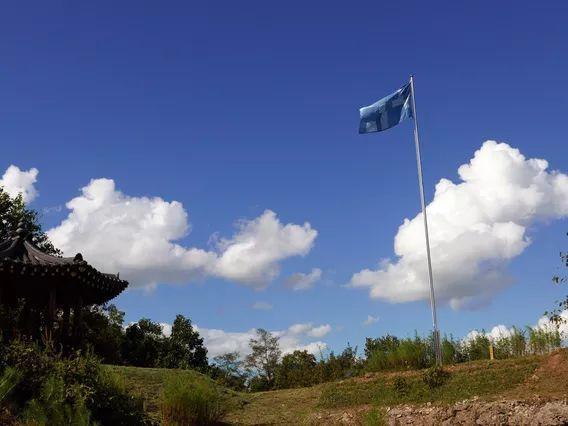 拜倫.基姆創作於2018年的〈Sky Blue Flag〉位於Soi山峰附近,旗...