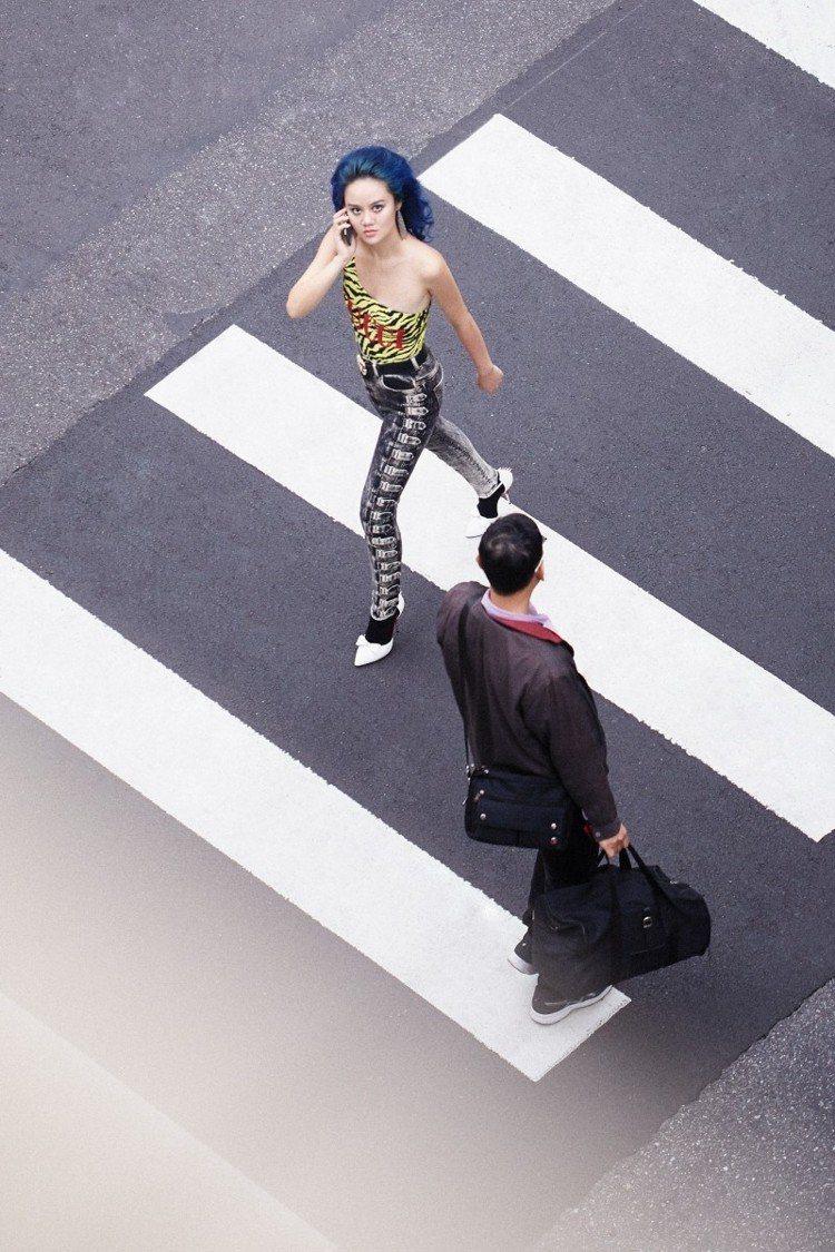 上衣、牛仔褲、白色高跟鞋,all by Gucci。圖/Marie Claire...