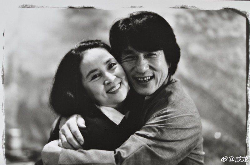 成龍(右)對林鳳嬌放閃。圖/翻攝自微博