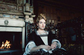 當紅搶手的艾瑪史東,在奧斯卡多項提名大片「真寵」中首度有露點的鏡頭,和扮演安妮女王的奧莉薇亞寇曼有同性親熱床戲,然而在英國卻引起觀眾的抗議,直呼電檢單位「誤導觀眾」,竟是帶有「歧視心態」?艾瑪史東在...