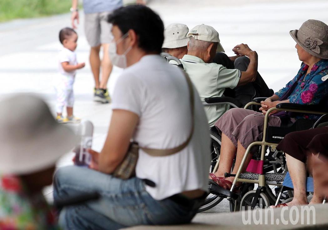 台灣大學分析超過萬名照顧者的醫療利用情形。聯合報系資料照/記者侯永全攝影