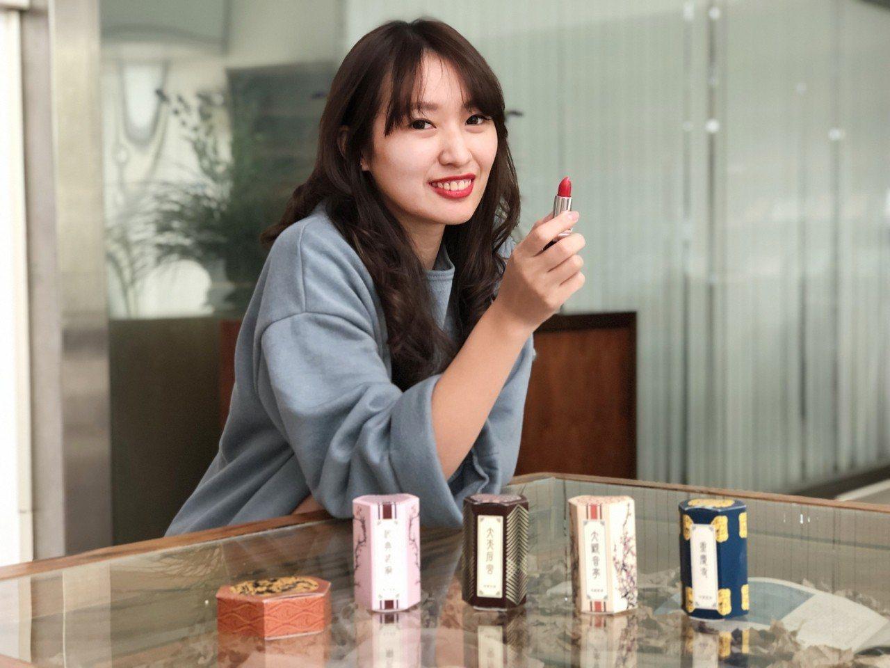 台南市民政局推出「月老口紅」宗教文創商品。圖/台南市民政局提供