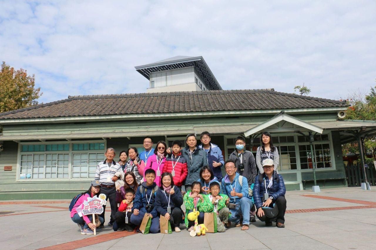 導覽解說員帶領遊客參訪日式車站北門驛。圖/阿里山林鐵文資處提供