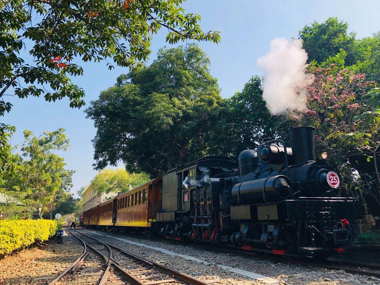 蒸汽火車及檜木車廂現身嘉義市區。圖/阿里山林鐵文資處提供