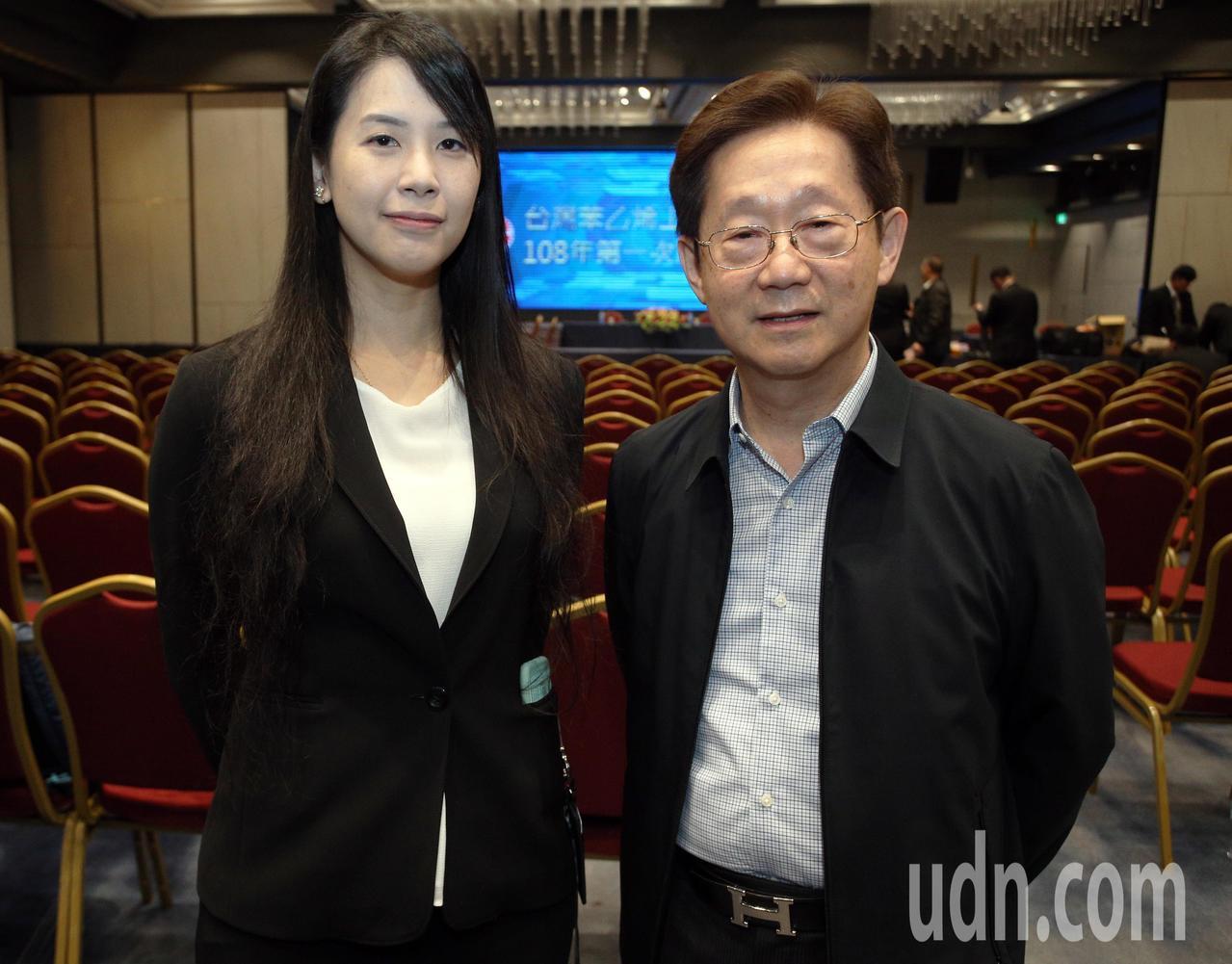 現任台苯董事長吳怡青(左)與即將上任的林文淵(右)接受採訪合影。記者劉學聖/攝影