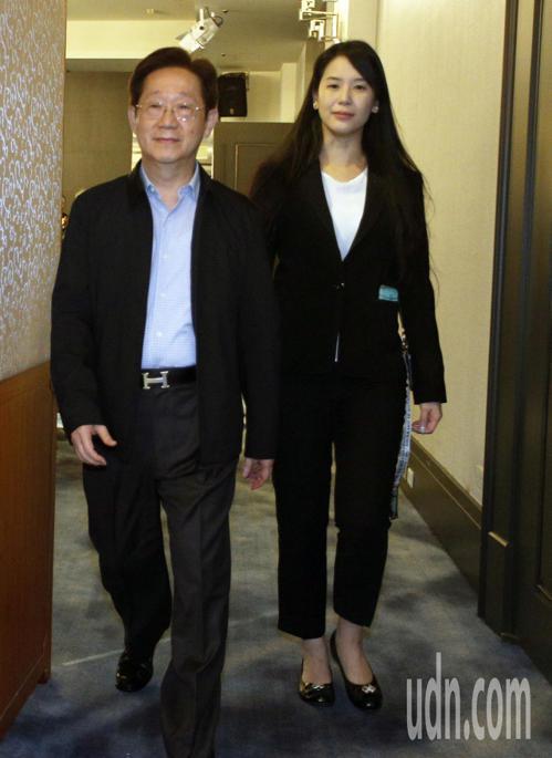現任台苯董事長吳怡青(右)與即將上任的林文淵(左)步出會場。記者劉學聖/攝影