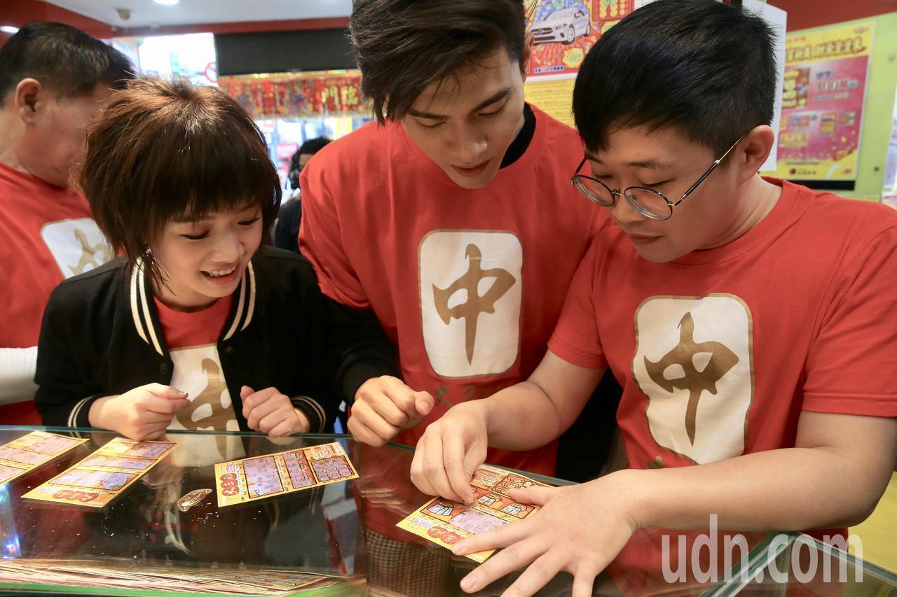 電影《大三元》演員嚴正嵐(左)、吳承洋(中)、澎恰恰小兒子皮皮(右)上午擔任台彩...
