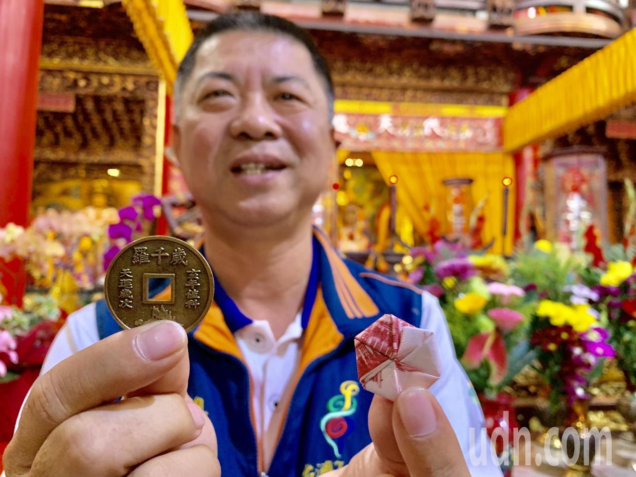 台南西港慶安宮總幹事方一峰表示,今年歲錢加碼到7000個,還有660個包餡的發財...