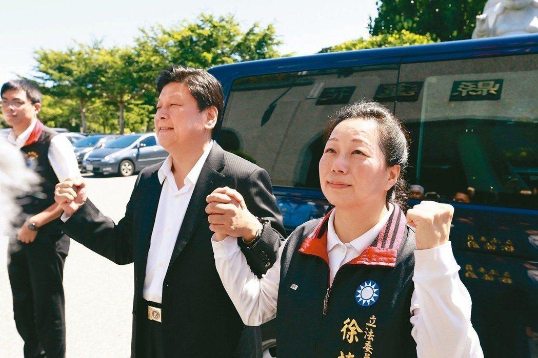 花蓮縣前縣長傅崐萁(左)與妻子現任花蓮縣長徐榛蔚(右)。圖/聯合報系資料照