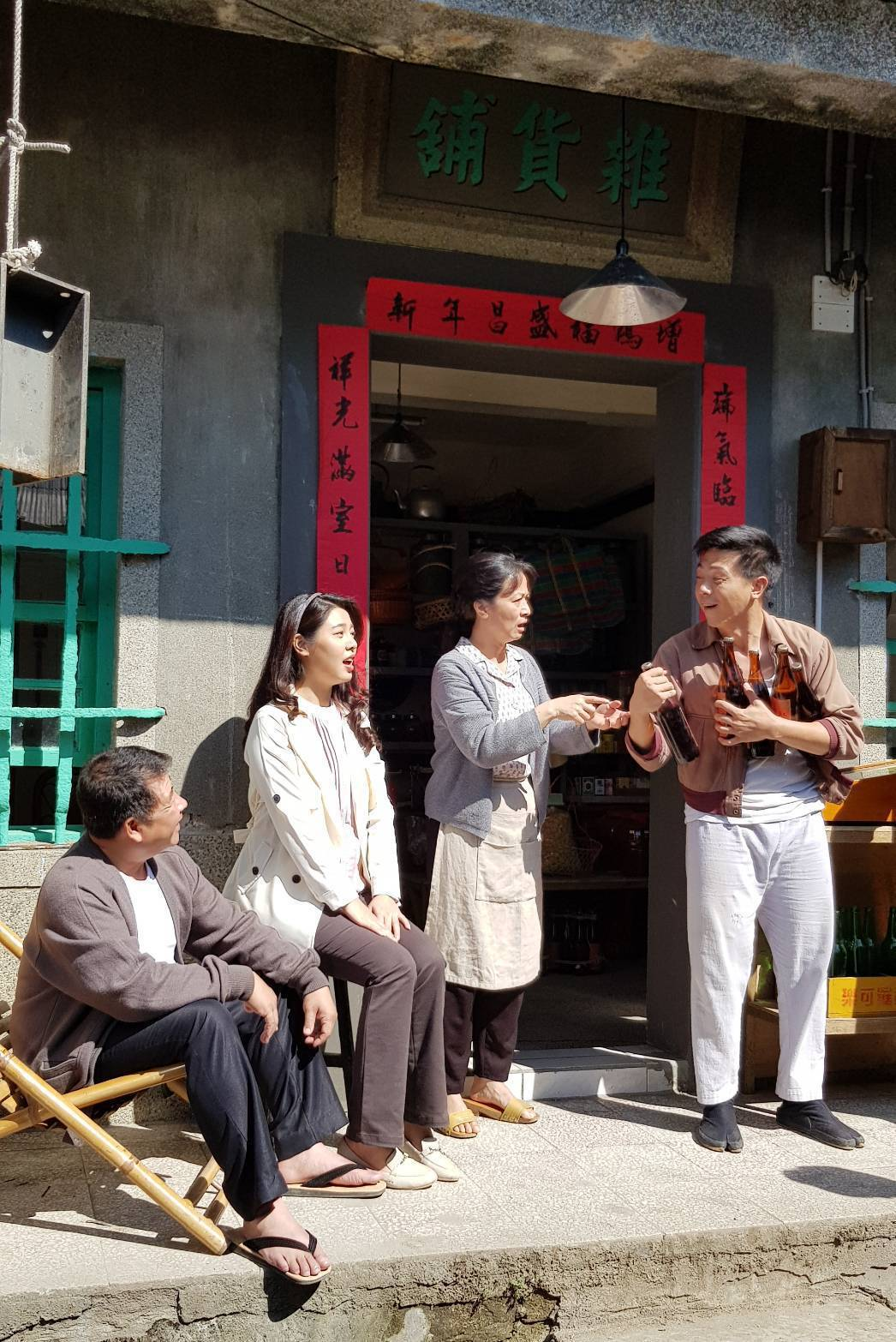 廖錦德(右)正拍攝「苦力」。記者杜沛學/攝影