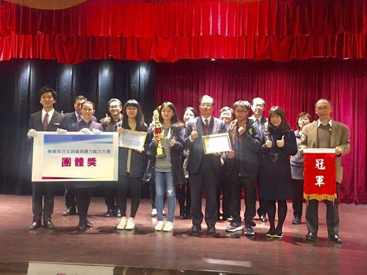 全國專業英文詞彙與聽力能力比賽(PVQC)二信高中奪冠頒獎現場。圖/二信提供