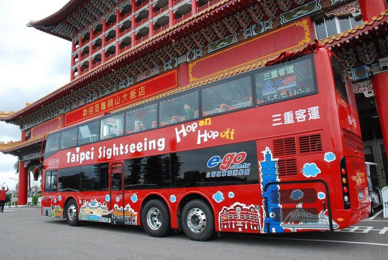 台北市雙層觀光巴士於2月1日起,藍線新增「圓山飯店站」、紅線則新增「龍山寺站」,...