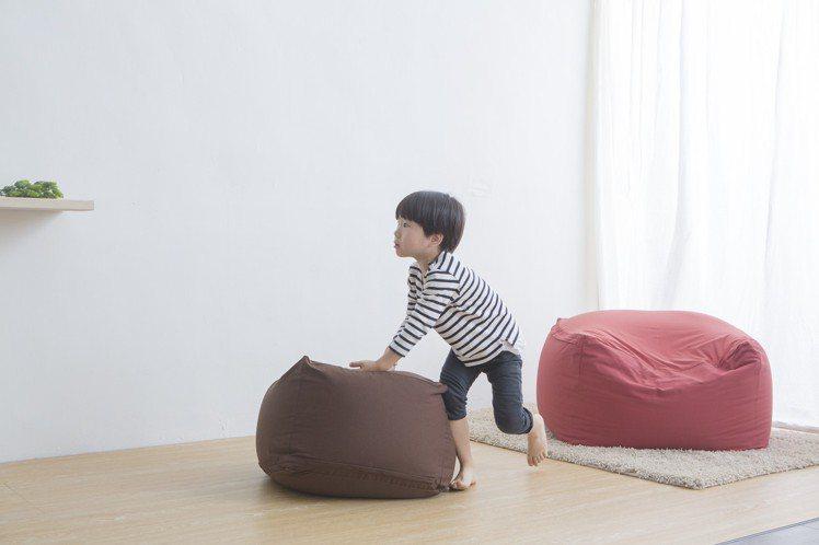 懶骨頭沙發內裡填充的超微粒泡棉展現獨特的坐臥感,售價2,980~5,800元。圖...