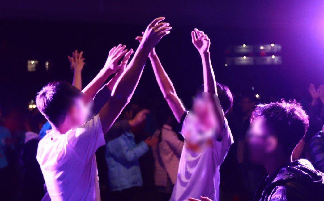 亞洲大學「中亞聯大網路成癮防治中心」舉辦了一場「無網路生活成長營隊」藉由8天7夜...