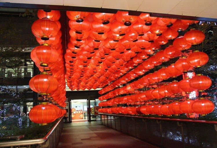 信義店A11通A9空橋的紅燈籠隧道,充滿年節喜氣。圖/新光三越提供