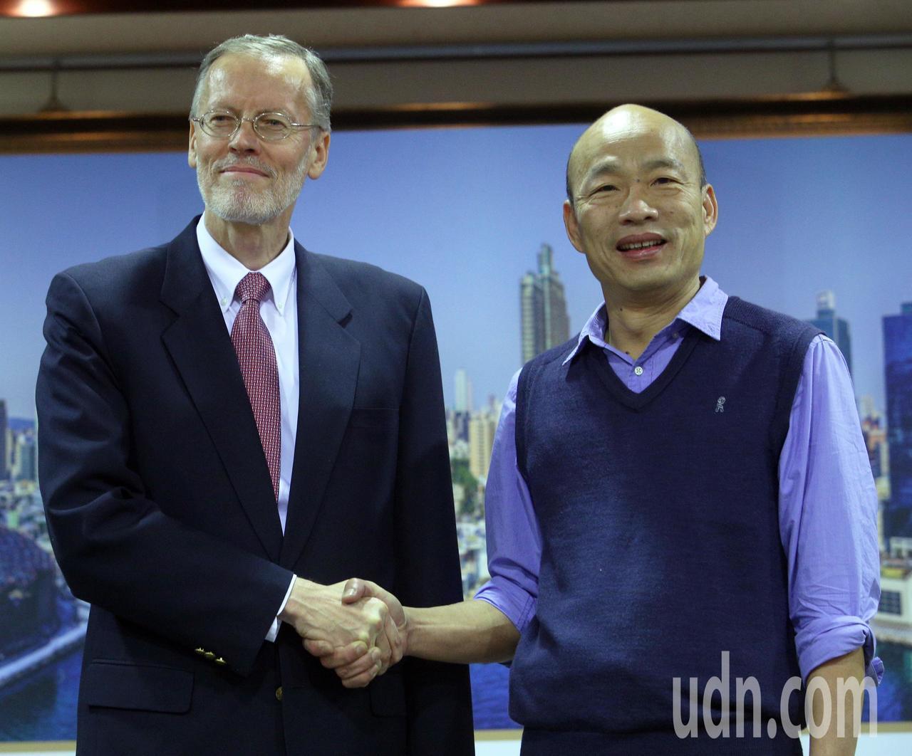 美國在台協會台北處長酈英傑(左)今天專程南下與高雄市長韓國瑜(右)見面,雙方握手...