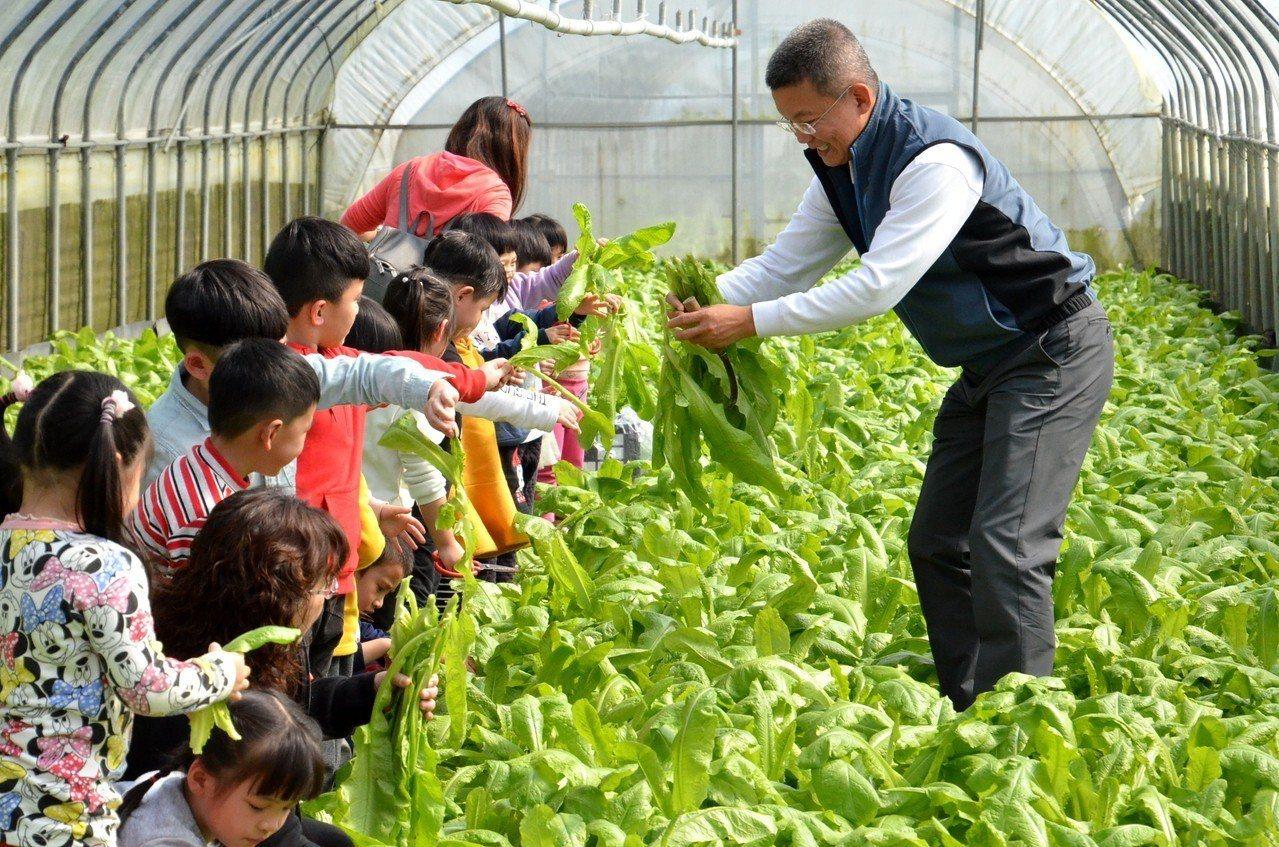 宜蘭縣三星鄉長李志鏞(右)今天與幼兒到有機菜園參訪,他宣布,今年3月起,鄉內幼兒...