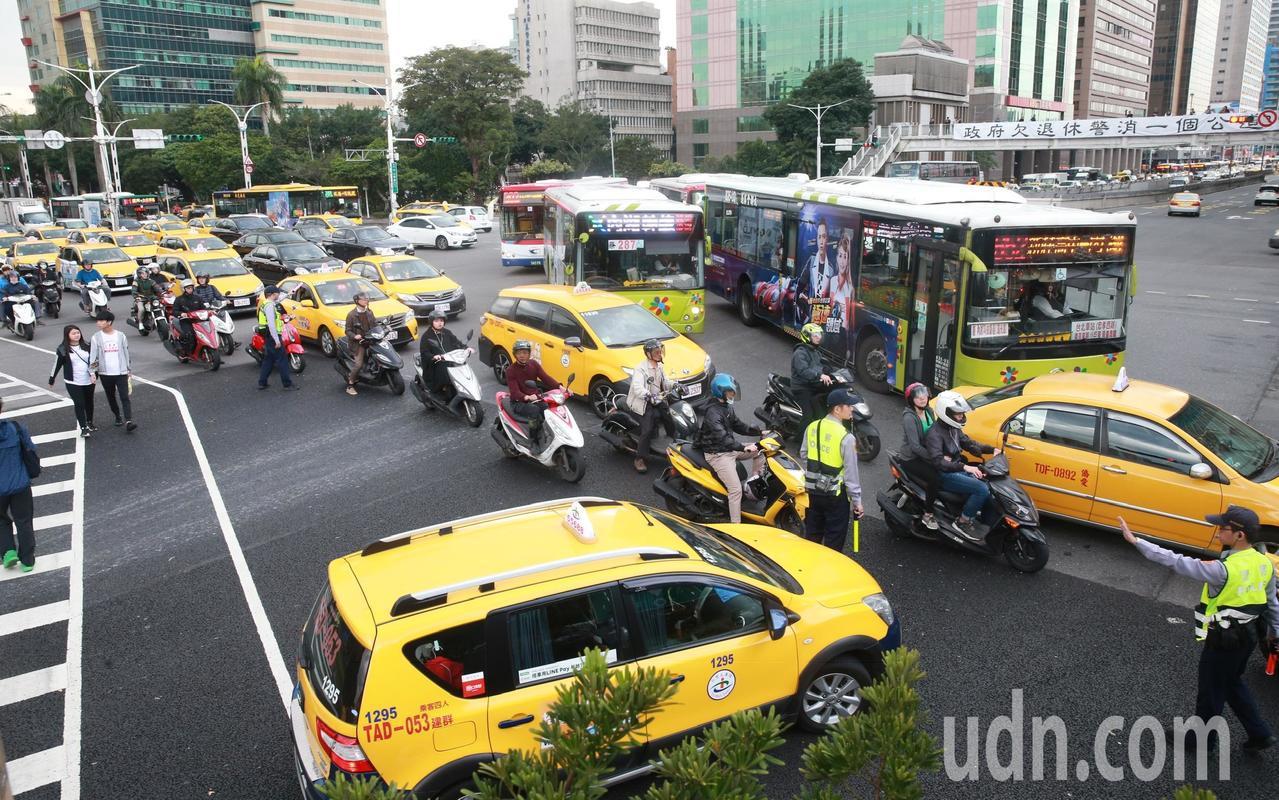 計程車司機繞行行政院周邊道路抗議,造成政院周邊交通大阻塞。警方進行指揮、疏導交通...