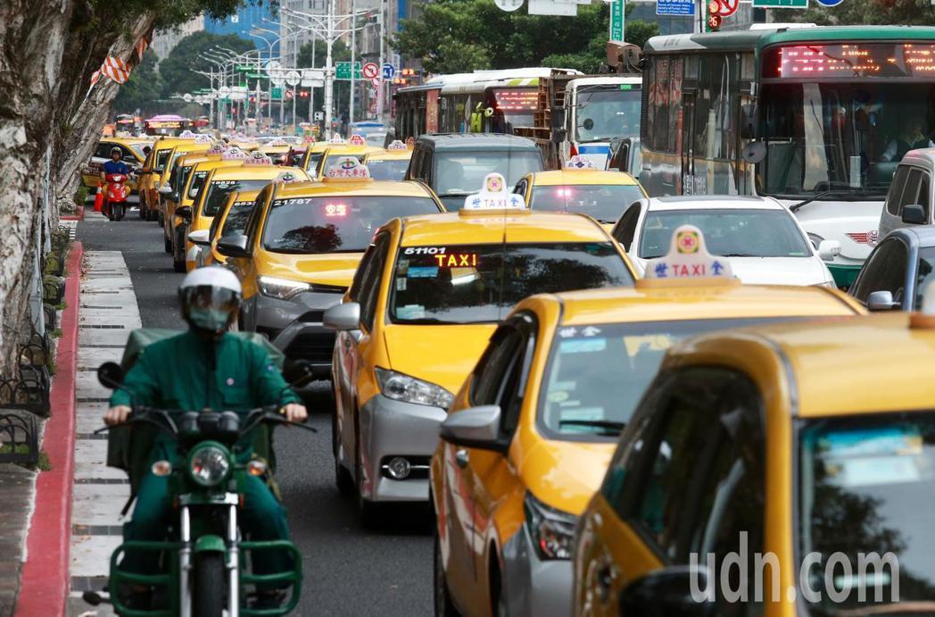 前全國計程車總數約八萬八千輛,交通部初步規畫針對車齡8年以上計程車汰舊換新補助,...