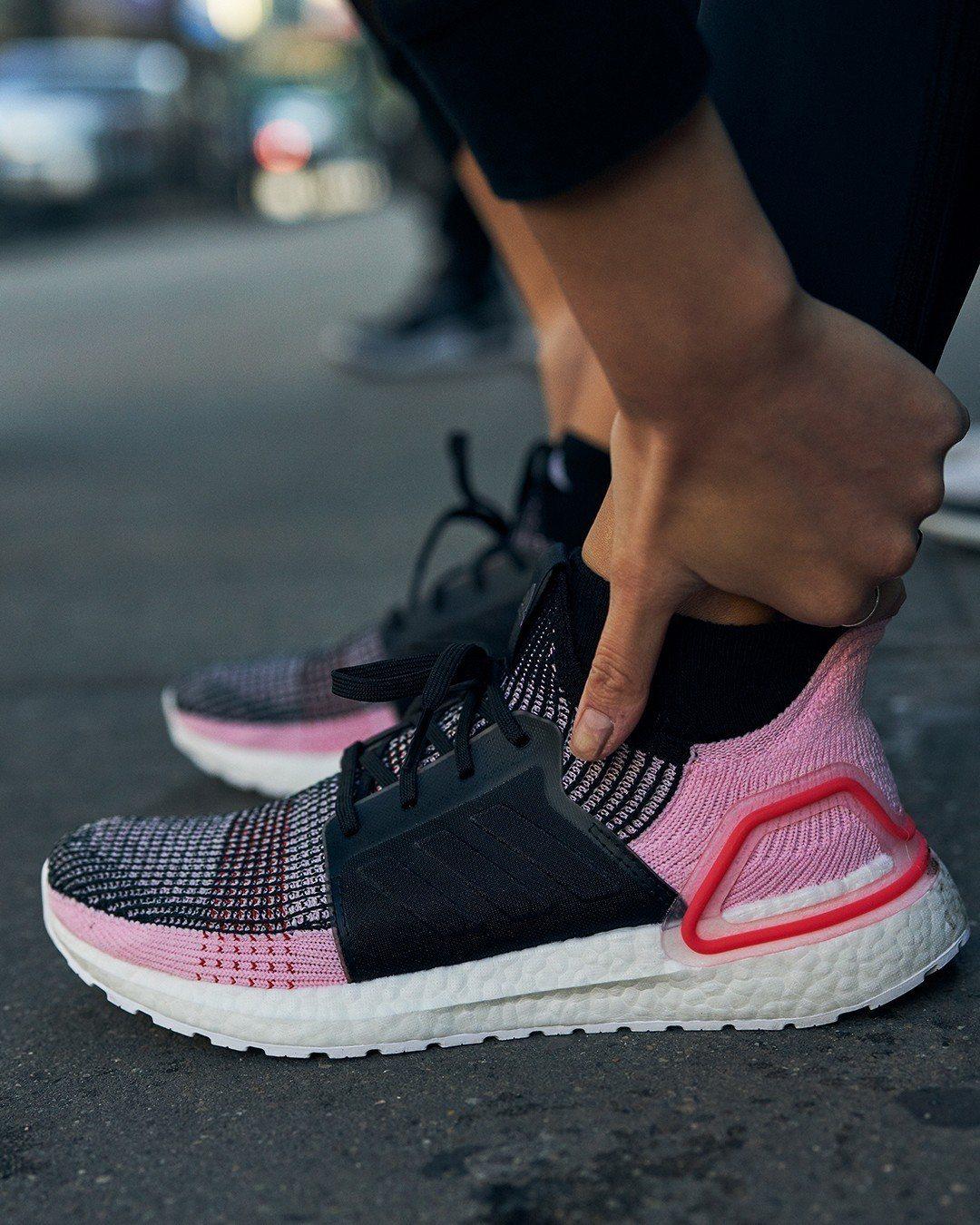 adidas UltraBOOST 19鞋,黑粉配色5,990元。圖/adida...