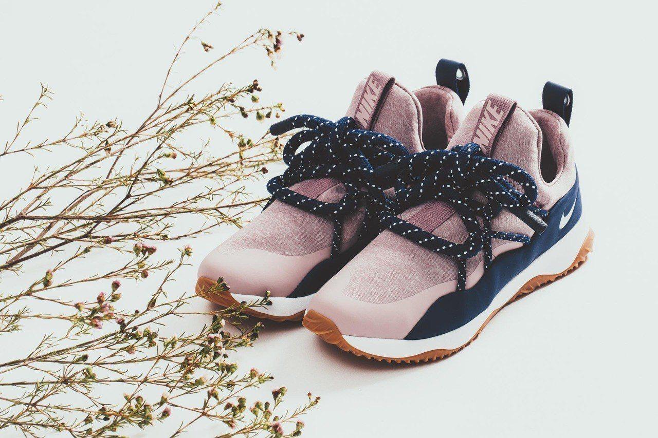 Nike City Loop鞋,莓粉與海軍藍混搭3,400元。圖/Fruitio...