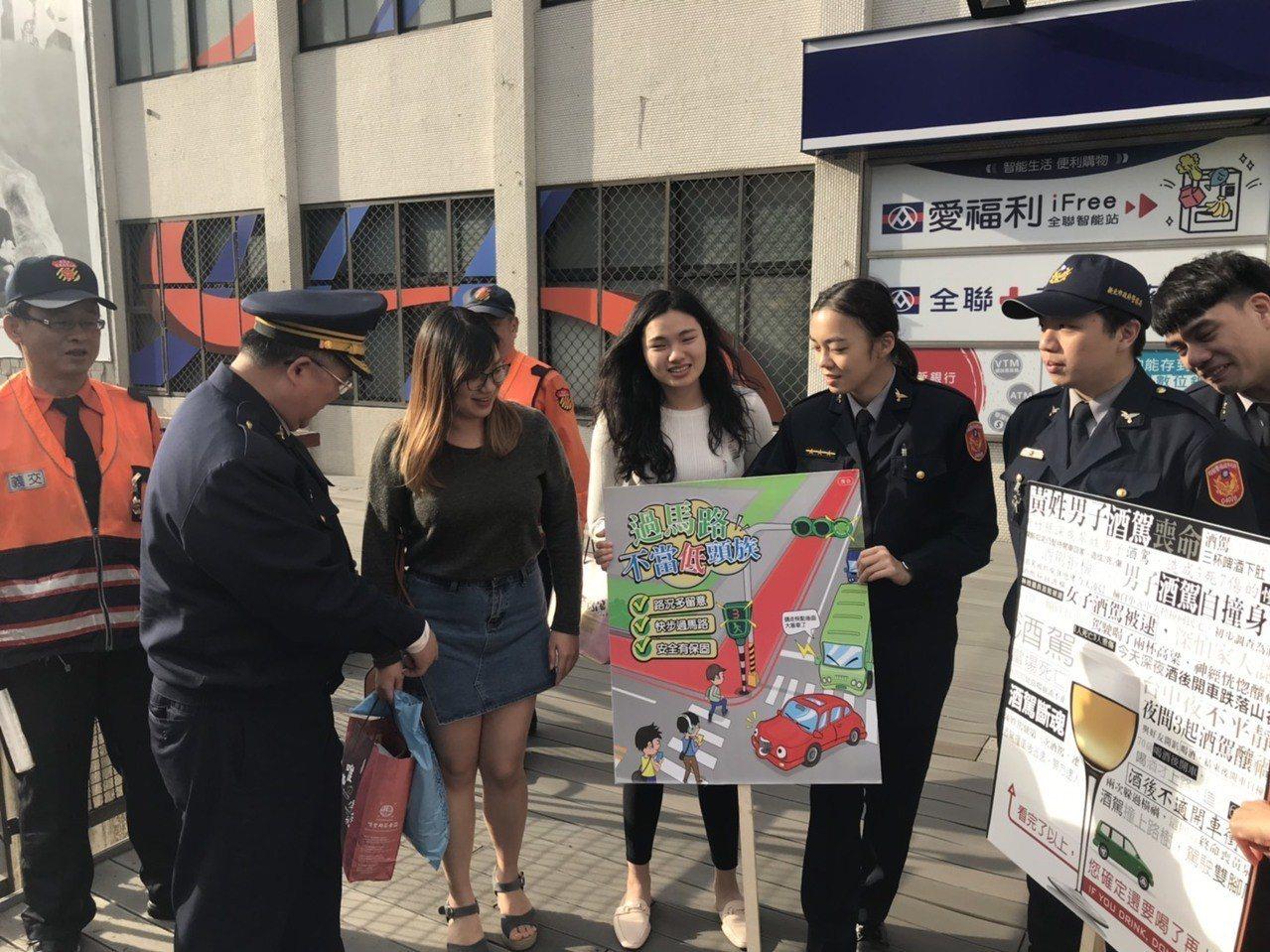 輔大前也設有宣導點,年輕女學生路過也被吸引停下腳步。記者巫鴻瑋/攝影