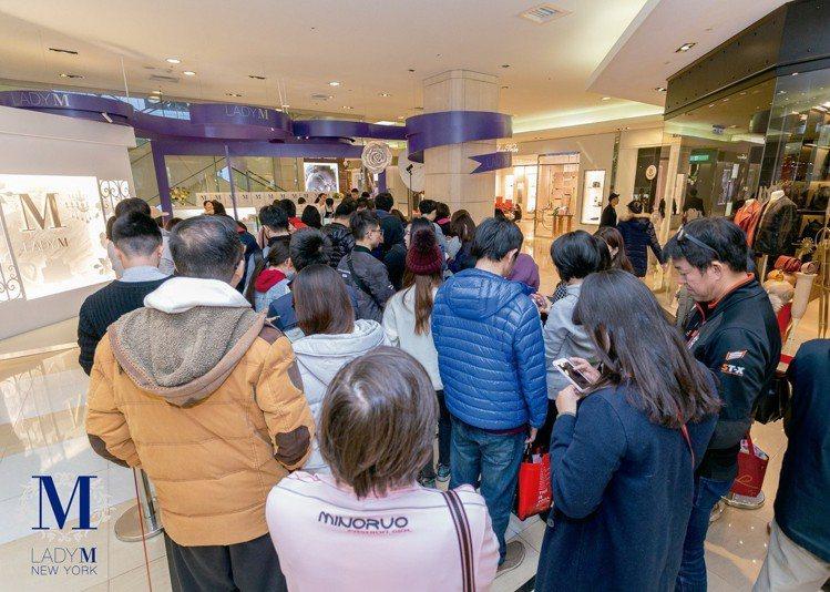 台中快閃店只到2/28,每天吸引民眾排隊搶買。圖/Lady M提供