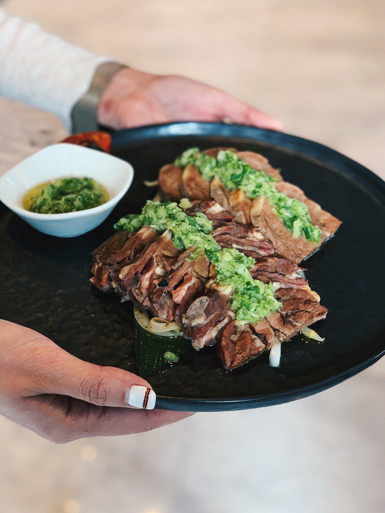 善用道具和手模可以拍出年夜飯的團圓喜氣氛圍。圖/Taipei Foodie提供