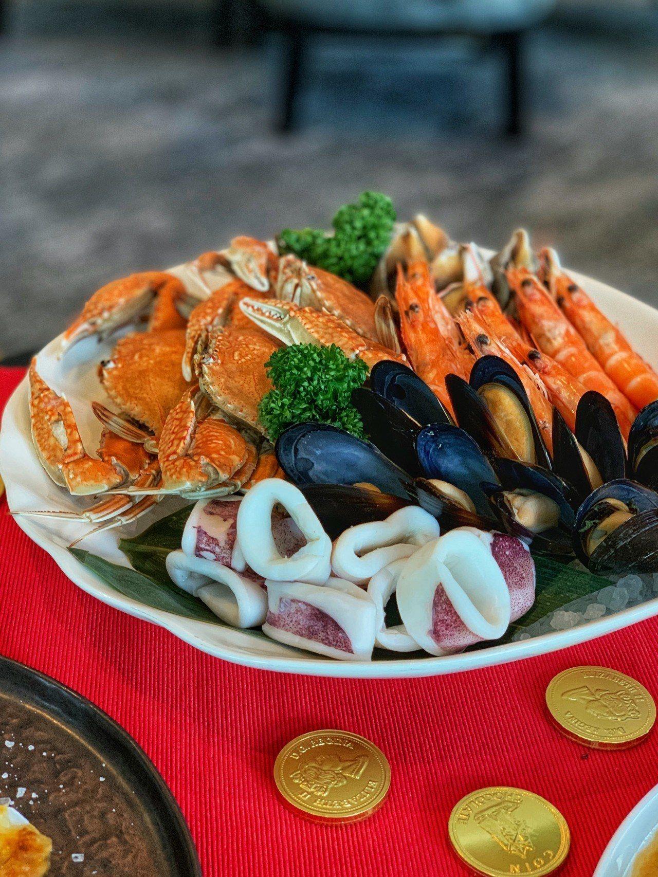 海鮮拼盤等擺盤較有層次、澎湃的年菜,可以嘗試用45度的角度進行拍攝。圖/Taip...
