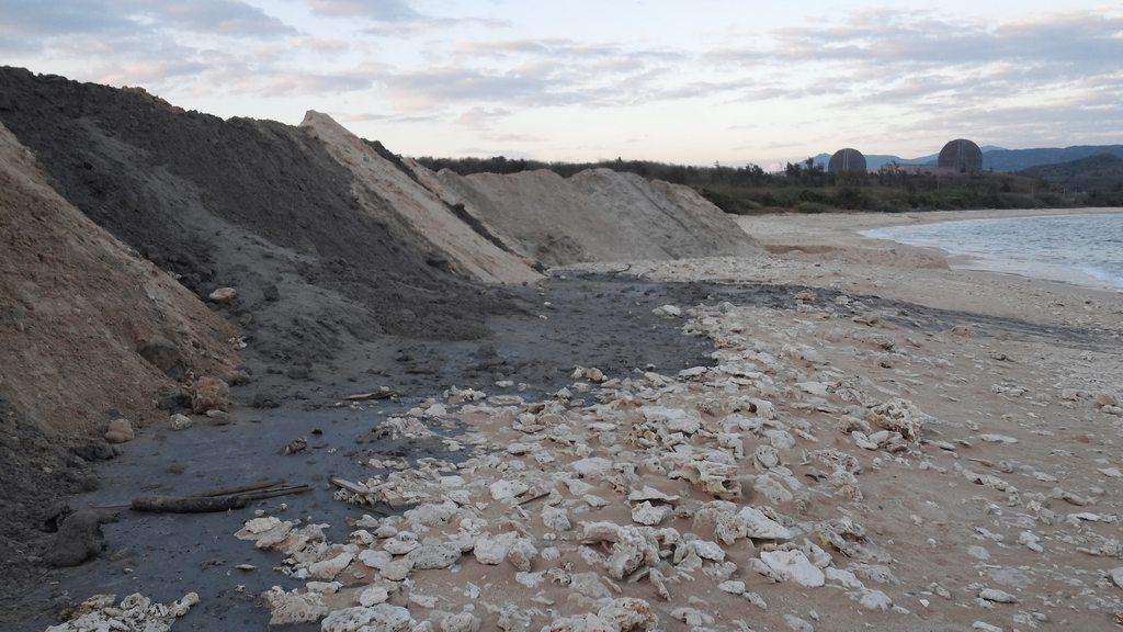 墾管處同意將後壁湖漁港港區外的淤沙運往後壁湖潟湖區沙灘養灘,民眾在沙灘上發現顏色...