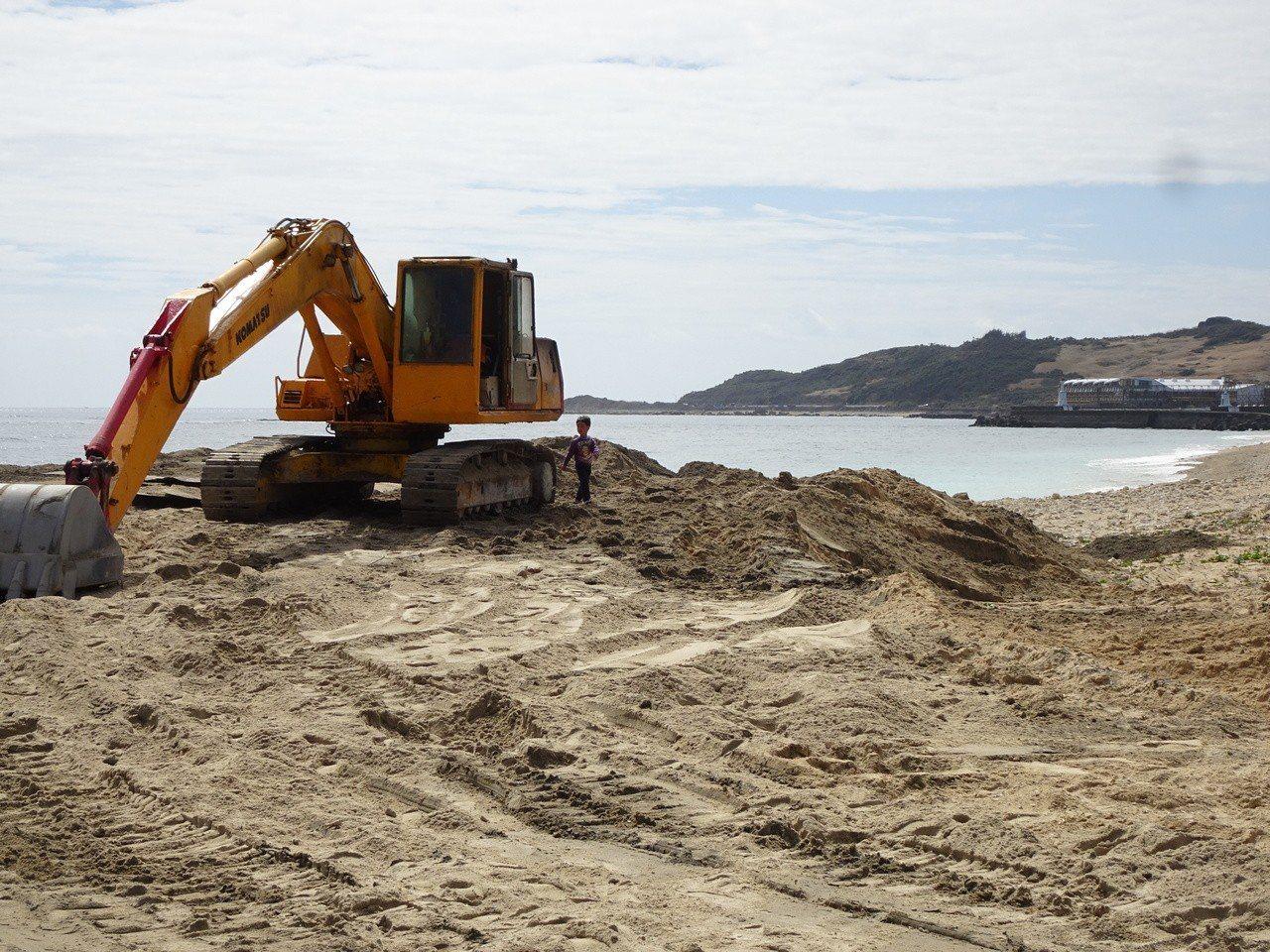 墾管處同意將後壁湖漁港港區外的淤沙運往後壁湖潟湖區沙灘養灘,被轟是「粗爆、破壞自...
