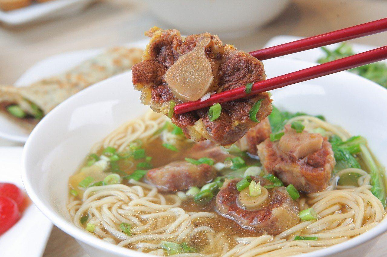 曾獲得2008年牛肉麵節的清燉牛肉麵組冠軍的清燉牛尾拉麵,每份售價250元。記者...